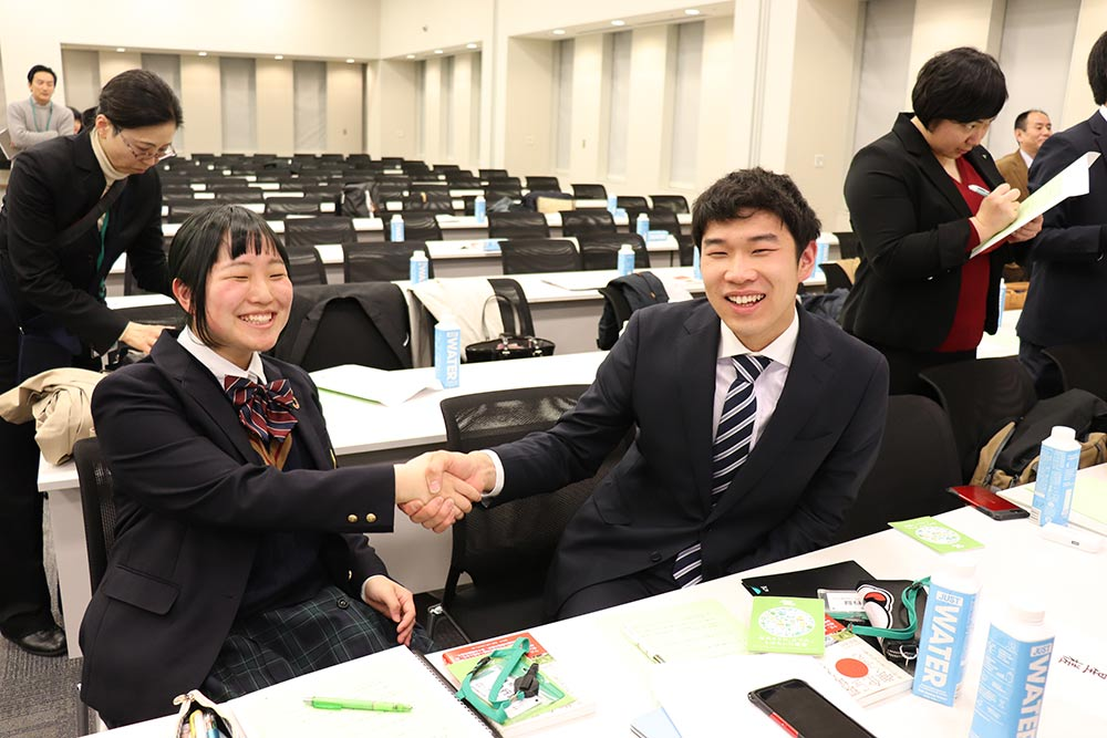 """RE Action For Teachers""シンポジウム 星槎国際広島 発表を終え笑顔で握手!"