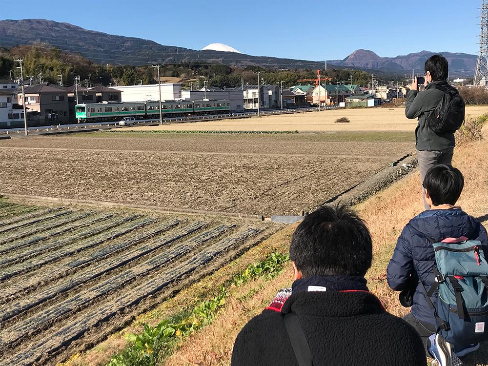 穴部駅・飯田岡駅間の畑を手前に撮影1